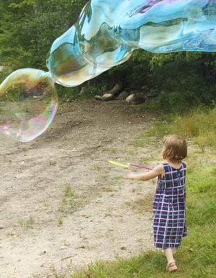 Lucie Olsen plays with bubbles