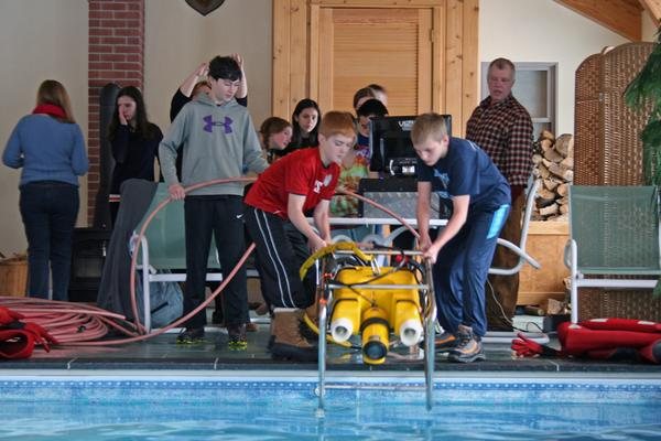 BHCS students try an ROV